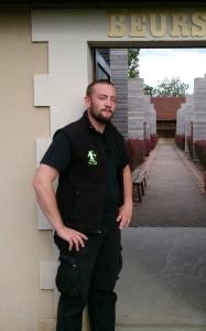 Gwénolé devant l'entrée du jardin d'arc d'Argences